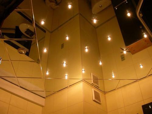 Зеркальный потолок: стоимость и установка