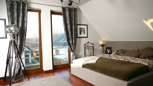 Красивый интерьер спальни на мансардном этаже